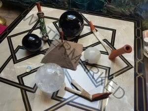 uma vista de ayohuasca rapé em forma de pirâmide sendo energizado