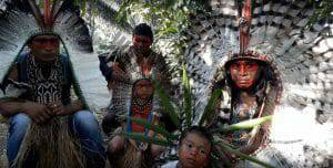 3 male Shanenawa Indians en 2 Shanenawa Children sitting outside, vreaters of Rapé Shanenawa