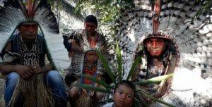 3 male Shanenawa Indians en 2 Shanenawa Children sitting outside, vreaters of Rapé Shanenawa